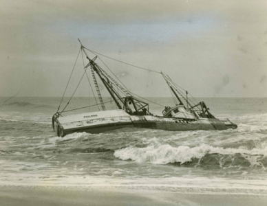 Dragger Paulmino Aground Back Shore